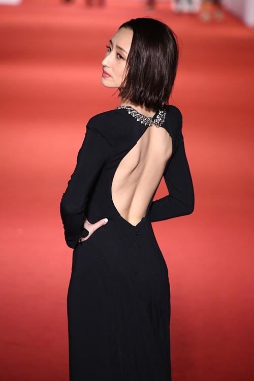 Kha Giai Yến khoe lưng ong với bộ váy đen hở lưng.