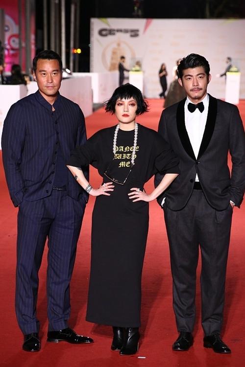 Lễ trao giải Kim Chung 2020 quy tụ nhiều ngôi sao của showbiz xứ Đài. Trong ảnh là diễn viên Trương Hiếu Toàn, ca sĩ - nhạc sĩ Phạm Hiểu Huyên, diễn viên Vương Bá Kiệt (từ trái qua).
