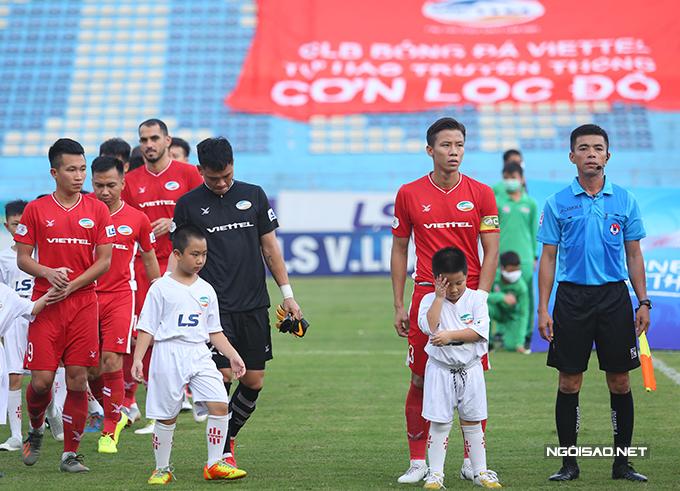 Do Bùi Tiến Dũng bị treo giò, Quế Ngọc Hải được đeo băng đội trưởng của Viettel trong trận tiếp đón CLB Sài Gòn ở vòng 12 V-League 2020 chiều 26/9. Đây là lần đầu tiên trong mùa giải, trung vệ xứ Nghệ đảm nhiệm vai trò này.