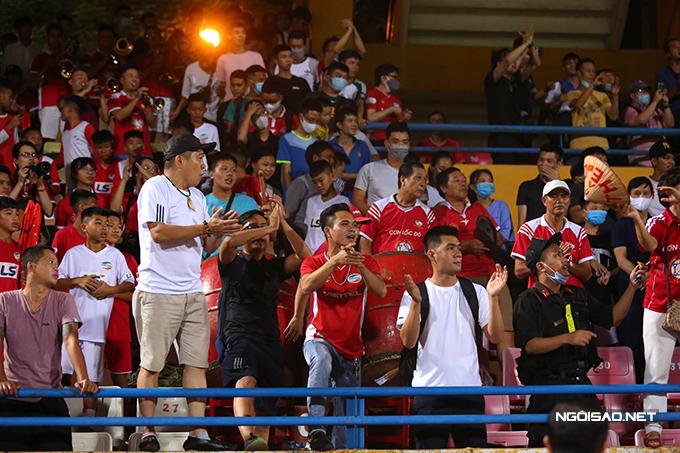 Sau trận đấu, các CĐV của  Viettel nán lại sân để chúc mừng đội nhà.