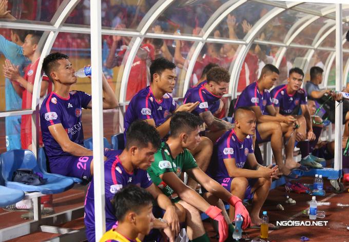 Trong khi đội Viettel ăn mừng cùng CĐV, các cầu thủ Sài Gòn ngồi buồn bã tại khu kỹ thuật của đội khách. Sài Gòn hiện vẫn giữ ngôi đầu bảng với 23 điểm nhưng đã bị Viettel rút ngắn khoảng cách xuống chỉ còn một điểm.