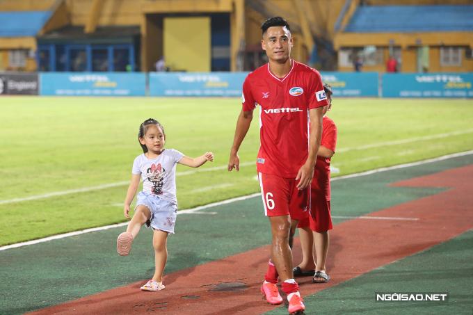 Tiền vệ Vũ Minh Tuấn - người ghi bàn duy nhất của trận đấu đưa các con xuống sân và dẫn vào phòng thay đồ.