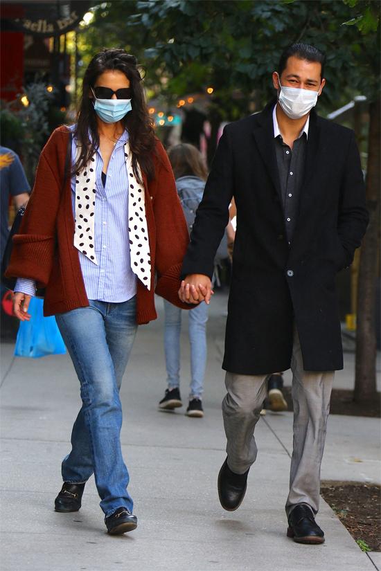 Sau bữa trưa, cặp đôi dạo phố cùng nhau. Katie và đầu bếp 33 tuổi luôn nắm tay không rời.