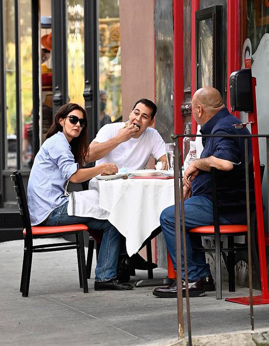 Katie Holmes tới nhà hàng Italy của bạn trai hôm thứ 6 và ăn trưa luôn tại đây. Bố của Emilio ngồi ăn cùng đôi trẻ.