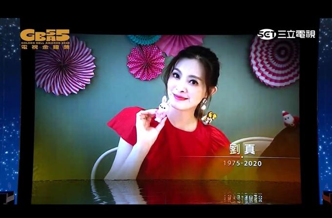Đầu năm nay, diễn viên - MC - vũ công Lưu Chân nhập viện vì chứng hẹp động mạch chủ. Sau phẫu thuật, cô từng rơi vào nguy kịch, phải cấp cứu mở hộp sọ. Lúc chờ thay tim, người đẹp Đài Loan gầy tọp người, chỉ còn 30 kg. Cô qua đời sau một tháng rưỡi chống chọi bệnh và chờ thay tim. Lưu Chân mất, con gái bốn tuổi vẫn đợi cô về nhà.