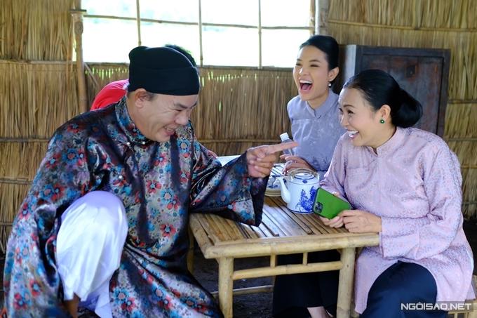 Nghệ sĩ Phương Bình, ca sĩ Phương Thanh và diễn viên - ca sĩ Phương Trinh Jolie tập thoại trước khi vào cảnh. Chị Chanh và nghệ sĩ Phương Bình biến tấu nhiều thoại hài hước khiến cả nhóm diễn viên bật cười.