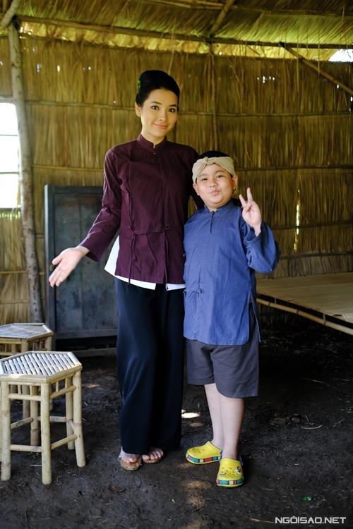 Phương Trinh Jolie rất thân thiết với diễn viên nhí Vương Hoàng Long - cậu bé đóng vai Tí, con trai của cô và Huỳnh Đông. Ngoài giờ quay, hai cô cháu hay chuyện trò, đùa nghịch, bật nhạc và nhảy cùng nhau. Cu Long quen gọi Phương Trinh Jolie là mẹ Nữ theo cách gọi trong phim.