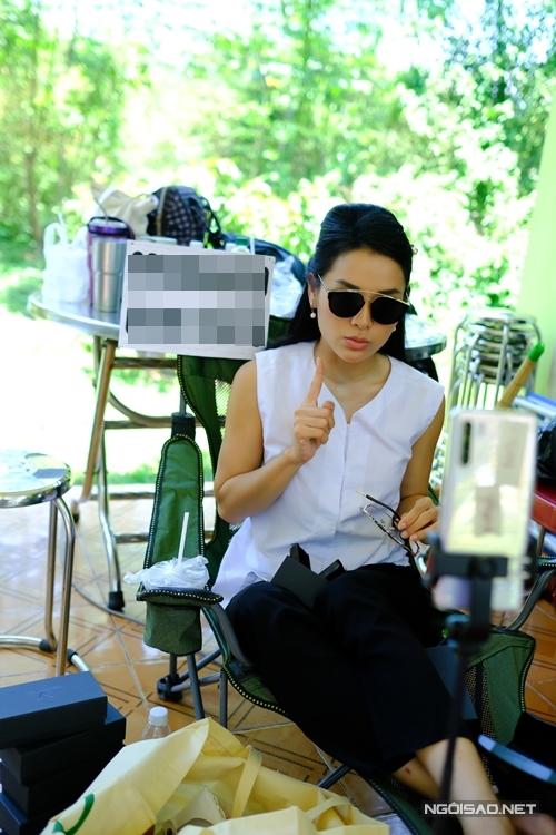 Vừa ăn cơm, ca sĩ Phương Thanh, diễn viên Huỳnh Đông, nghệ sĩ Phương Bình và nhiều thành viên đoàn phim Gái khôn được chồng vừa bật cười khi nhìn dáng vẻ bán hàng trực tuyến duyên dáng và hài hước của Phương Trinh Jolie. Mọi người đều đã quen với thói quen này của nữ chính.
