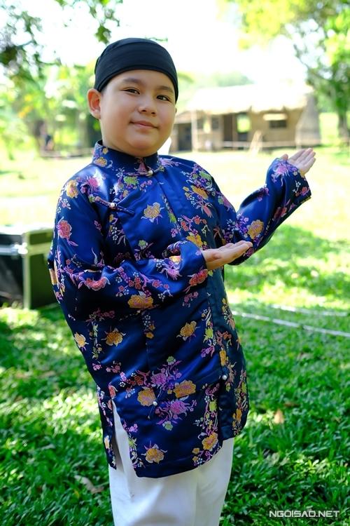 Diễn viên nhí Vương Hoàng Long thích thú với các bộ quần áo đẹp trong giai đoạn nhân vật giàu có.