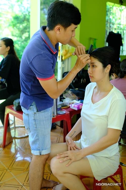 Diễn viên Huỳnh Thảo Trang họa mặt, làm tóc trước khi đóng vai phản diện.