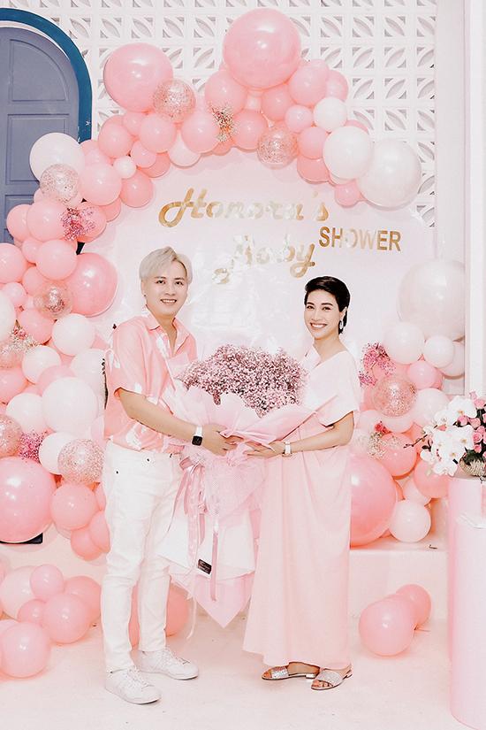 Nhà thiết kế Văn Thành Công ôm bó hoa to đến chúc mừng Pha Lê.