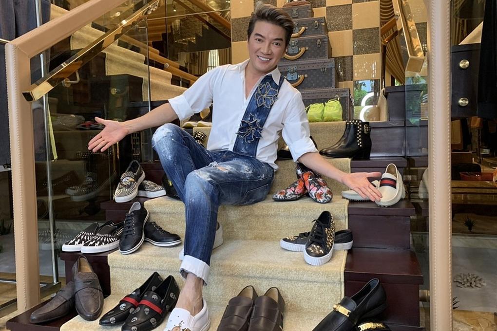 Kín tiếng hơn về chuyện mua sắm nhưng Đàm Vĩnh Hưng từng khiến nhiều khán giả bất ngờ trước bộ sưu tập giày khoảng 1000 đôi. Anh sưu tầm những phiên bản giới hạn, nhiều màu sắc, đính kèm hạt lấp lánh để diện trong các liveshow, tour diễn nước ngoài.