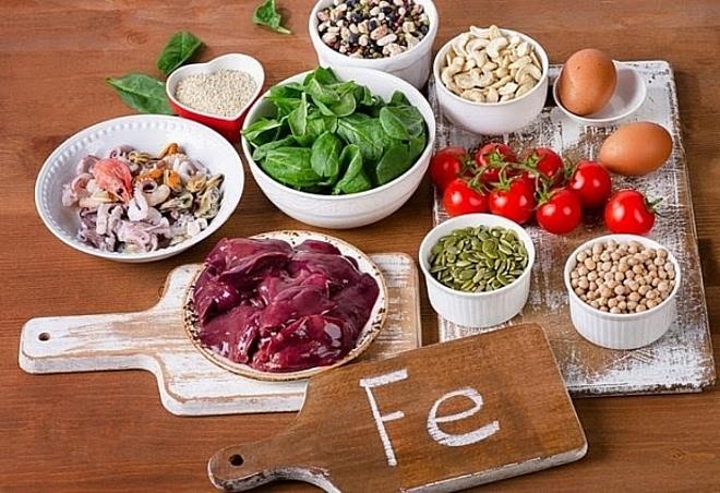 Bổ sung thực phẩm giàu sắt, kẽm vào thực đơn để tóc chắc khỏe hơn.