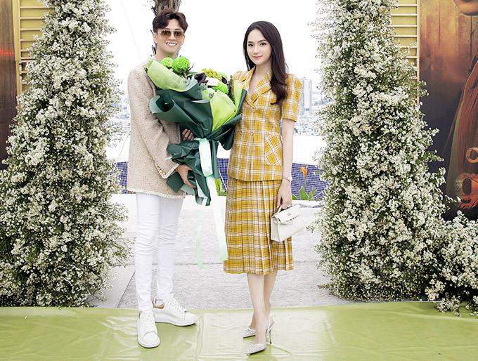 Hoa hậu Hương Giang ôm bó hoa to tới chúc mừng đồng nghiệp.
