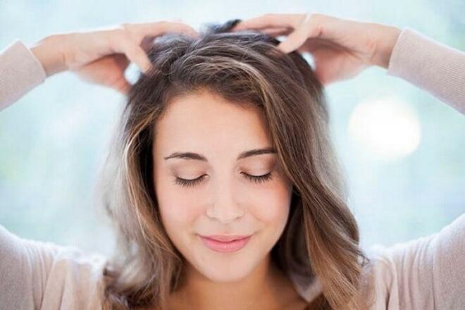 Massage da đầu giúp ngăn tóc rụng hiệu quả.