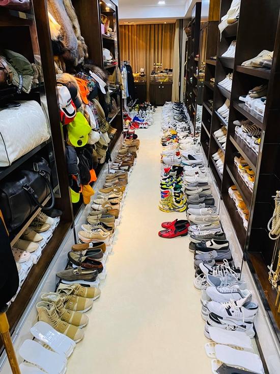 Những đôi giày được Đàm Vĩnh Hưng mua từ các chuyến lưu diễn Mỹ, châu Âu, Australia... Gần đây, Dương Triệu Vũ đến thăm nhà và trầm trồ, khuyên người anh thân thiết bán bớt kho đồ hiệu.