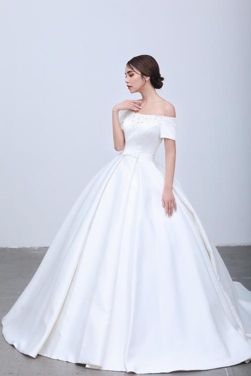 Váy cưới tối giản theo phong cách đầm cưới của công nương hoàng gia châu Ấu là gợi ý khác cho cô dâu khi thực hiện nghi thức cưới. Chất liệu vải tafta cao cấp nhập khẩu giúp váy không nhăn khi di chuyển, tạo nếp tự nhiên.