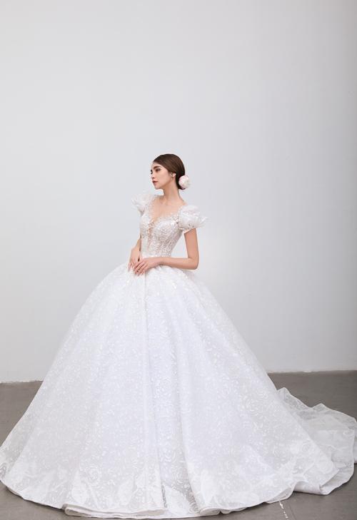 Mẫu đầm có họa tiết ren hoa hồng - loài hoa của tình yêu bất diệt dọc thân váy.