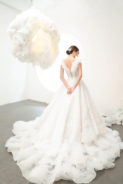 Đuôi váy xếp tầng cầu kỳ với mục đích đem lại cho cô dâu vẻ ngoài nổi bật khi sải bước trên lễ đường cưới.