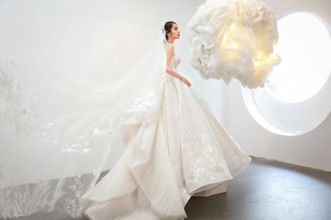 Đuôi váy dập ly là sáng tạo mới của đội ngũ thiết kế, giúp phần đuôi váy trở thành bản hòa ca của chất liệu đa dạng, tạo nên sự thú vị trong thời trang váy cưới.