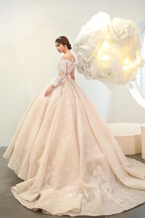 Tùng váy xếp ly cầu kỳ tạo độ xòe rộng. Chi tiết đính kết từ pha lê cao cấp giúp váy lung linh, bắt sáng tối đa trong lễ đường cưới.