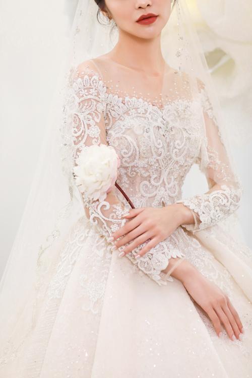 Chiếc váy được may với ngực áo dáng corset, đính kết cầu kỳ theo từng chi tiết ren nhập khẩu.