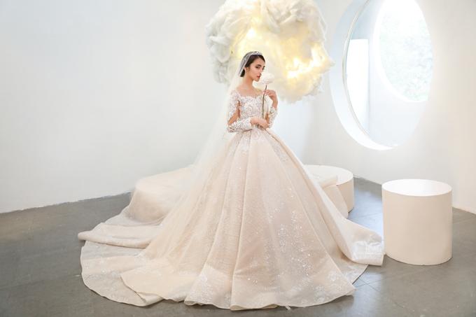 Mẫu đầm mang hơi thở thời trang châu Âu với thiết kế ren thêu nổi.