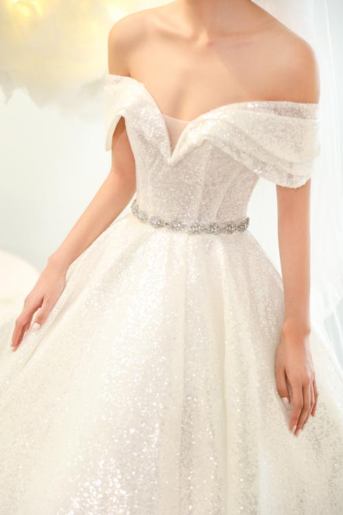 Eo được cách điệu bởi chi tiết vòng trang sức giúp váy có điểm nhấn.