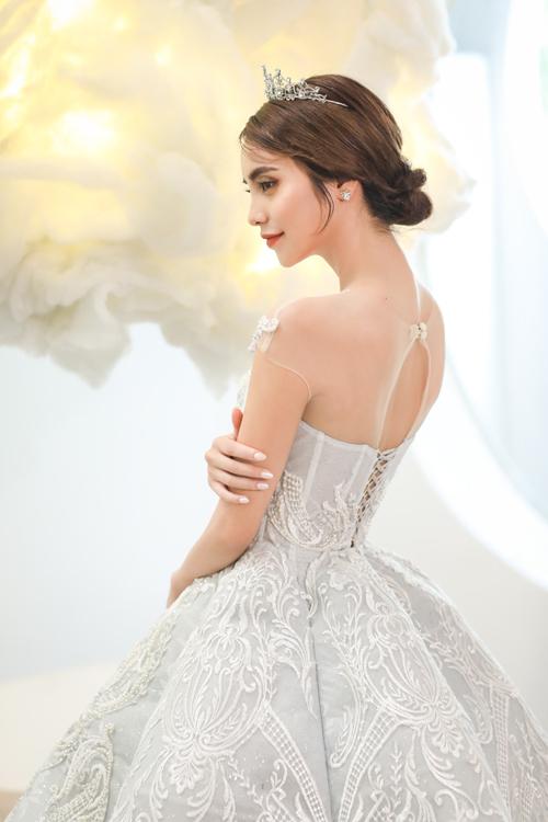 Mặt sau của váy có sử dụng voan mỏng illusion để tránh hớ hênh và vẫn giúp cô dâu khoe nét đẹp làn da.