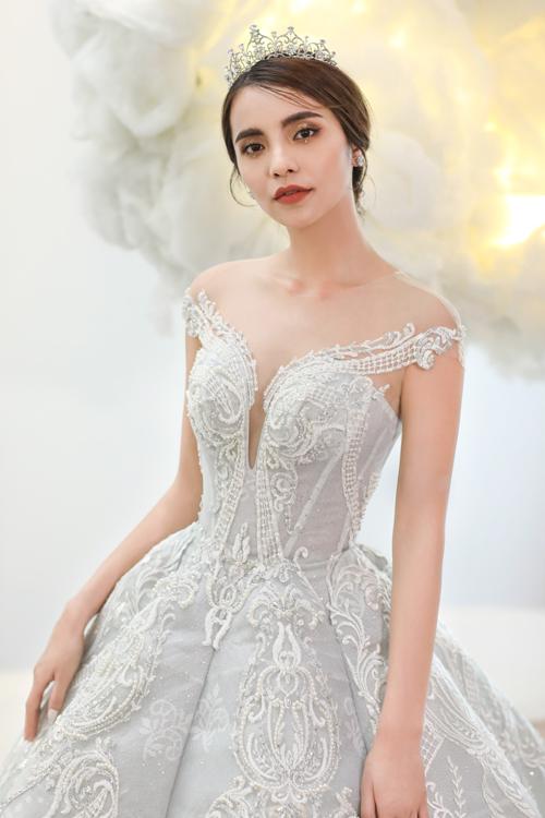 Chiếc váy họa tiết ren hoàng gia giúp cô dâu hóa thành nàng công chúa cổ tích trong ngày trọng đại nhất của đời mình.