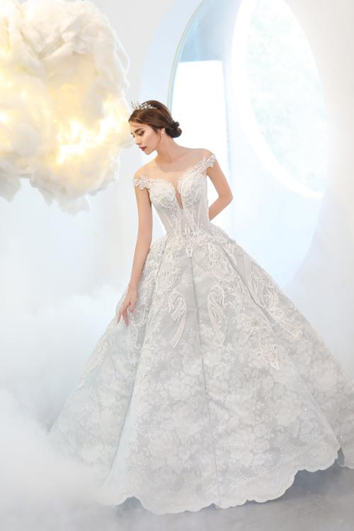Sự khác biệt mà đội ngũ thiết kế đem đến là phần thân váy tách bạch thành 6 mảnh, được may nối cùng với nhau và có họa tiết ren hoa nổi lẫn chìm đồng điệu.