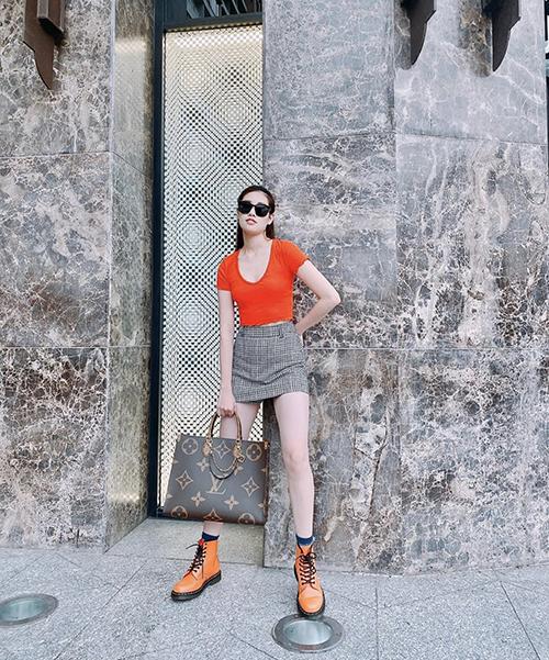 Kiểu túi tote của Louis Vuitton có giá hơn 62 triệu đồng từng được Khánh Vân mix cùng áo thun, chân váy ngắn để khoe nét gợi cảm trên phố.