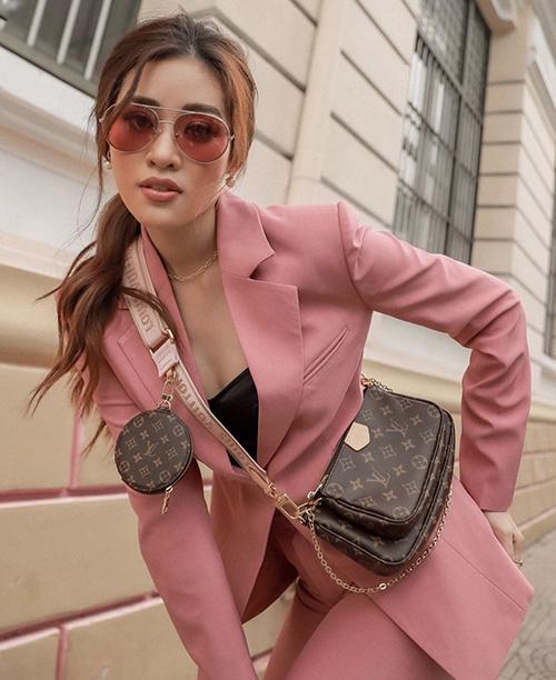 Mẫu túi 3 trong 1 có giá 43 triệu đồng được rất nhiều sao Việt ưa chuộng cũng được Khánh Vân tậu về.