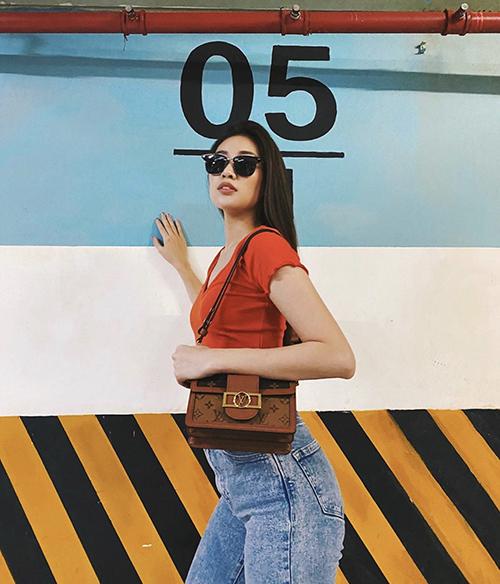 Sau khi đăng quang Hoa hậu Hoàn vũ VN, Khánh Vân cũng nâng cấp hình ảnh bằng việc đầu tư cho phong cách thời trang thảm đỏ, street stye. Đồng thời, người đẹp còn làm mới tủ đồ bằng các món hàng hiệu đắt giá, nổi bật là các mẫu túi hot trend của Louis Vuitton.