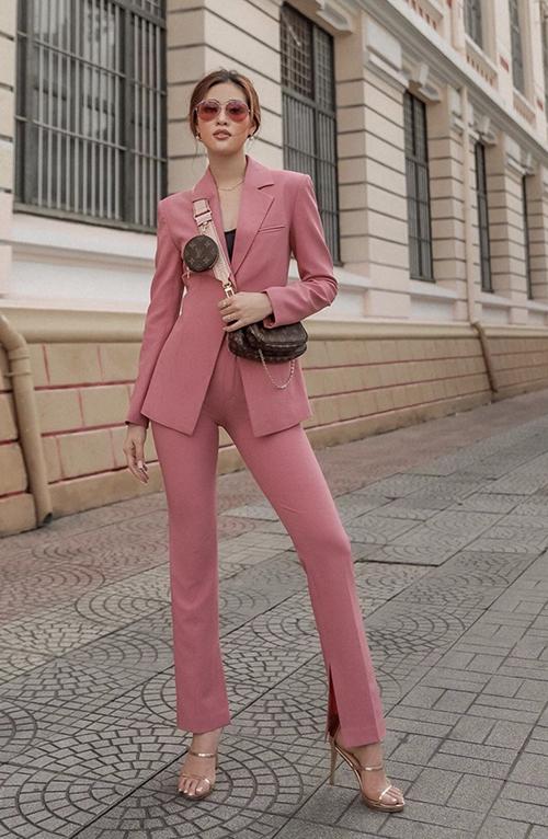 Kiểu túi đeo chéo đi kèm nhiều phụ kiện của Louis Vuitton được Khánh Vân mix cùng suit hồng đậm chất nữ tính.