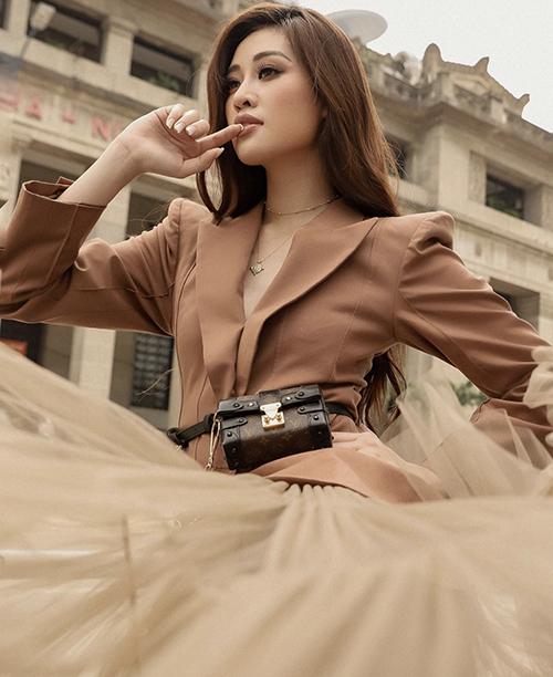 Khánh Vân trổ tài mix-match khi biến mẫu túi Petite Malle có giá khoảng 127 triệu đồng thành phụ kiện đeo hông.