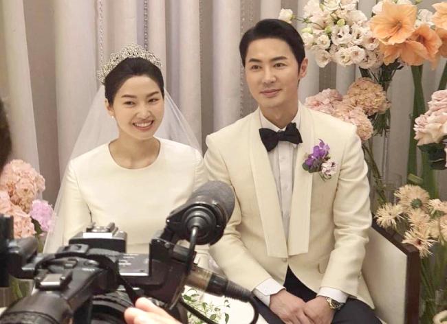 Cặp đôi gặp gỡ truyền thông trước giờ làm đám cưới.