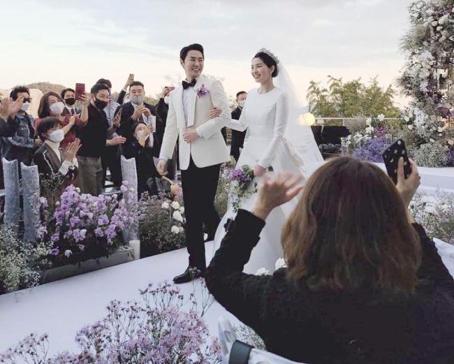 Hôn lễ của Junjin tổ chức tại Seoul hôm 27/9. Tiệc cưới có sự hiện diện của gia đình hai bên, cùng một số bạn bè thân thiết. Ban đầu, hai người dự định tổ chức hôn lễ vào 13/9, tuy nhiên do dịch Covid-19, họ phải hoãn cưới 2 tuần.   Junjin là thành viên thứ hai của nhóm nhạc Shinhwa kết hôn, sau Eric.   Cô dâu của Junjin là tiếp viên hàng không, cô có chiều cao nổi trội, đứng bên chồng rất đôi lứa xứng đôi, dù anh cao hơn 180 cm. Trước đó, hồi tháng 5, nam ca sĩ đã tiết lộ về hôn thê vào hồi tháng 5. Anh cho biết hai người yêu nhau đã 3 năm, nhưng giấu kín thông tin với truyền thông để bảo vệ cuộc sống riêng tư của cả hai.   Hôn thê của Junjin năm nay 37 tuổi, kém chồng tương lai 3 tuổi. Các thành viên của nhóm cũng đến chúc mừng nam ca sĩ.    Junjin bước vào làng giải trí với vai trò thành viên Shinhwa năm 1998. Ngoại hình điển trai, cao ráo cùng tính cách hài hước khiến anh được yêu thích. Ngoài vai trò ca sĩ, nam diễn viên tham gia một số chương trình truyền hình, tạp kỹ, đóng phim truyền hình...