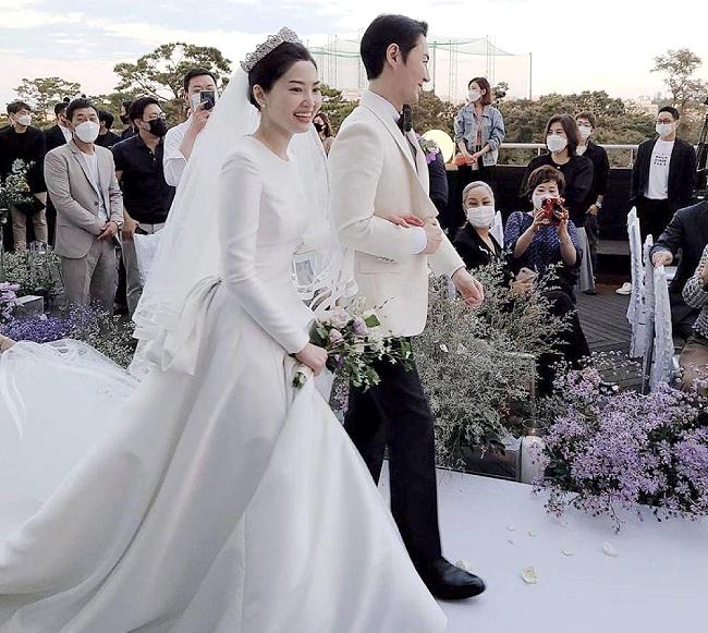 Cô dâu của Junjin là tiếp viên hàng không, cô có chiều cao nổi trội, đứng bên chồng rất đôi lứa xứng đôi, dù anh cao hơn 180 cm. Trước đó, hồi tháng 5, nam ca sĩ đã tiết lộ về hôn thê vào hồi tháng 5. Anh cho biết hai người yêu nhau đã 3 năm, nhưng giấu kín thông tin với truyền thông để bảo vệ cuộc sống riêng tư của cả hai. Hôn thê của Junjin năm nay 37 tuổi, kém chồng tương lai 3 tuổi. Các thành viên của nhóm cũng đến chúc mừng nam ca sĩ. Junjin bước vào làng giải trí với vai trò thành viên Shinhwa năm 1998. Ngoại hình điển trai, cao ráo cùng tính cách hài hước khiến anh được yêu thích. Ngoài vai trò ca sĩ, nam diễn viên tham gia một số chương trình truyền hình, tạp kỹ, đóng phim truyền hình...
