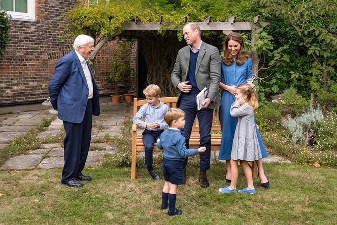 Ngài David Attenborough trò chuyện với nhà Kate ở vườn sau Điện Kensington chiều 24/9. Ảnh: Kensington Palace.