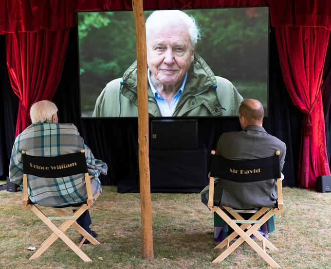 Hoàng tử William (phải) và ngài David (trái) xem phim tài liệu trong vườn cung điện Kensington chiều 24/9. Ảnh: Kensington Palace.
