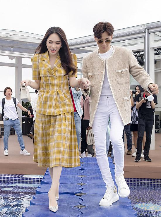 Sau đó Ngô Kiến Huy mời Hương Giang lên sân thượng toà nhà dự buổi tiệc mừng sản phẩm mới. Anh dắt người đẹp đi qua cây cầu đặc biệt bắc ngang hồ bơi.