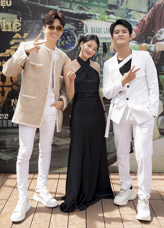Diễn viên trẻ Hy An (váy đen) và Đình Khang đóng cùng chàng Bắp trong dự án Chẳng thể giữ lấy, chẳng đành buông tay. Cả ba có mối tình éo leo khi hai chàng trai cùng yêu một cô gái.