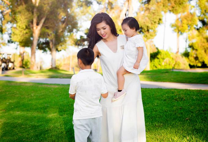 Nguyễn Hồng Nhung đi dạo cùng con trai và con gái trong công viên gần nhà ở Mỹ.