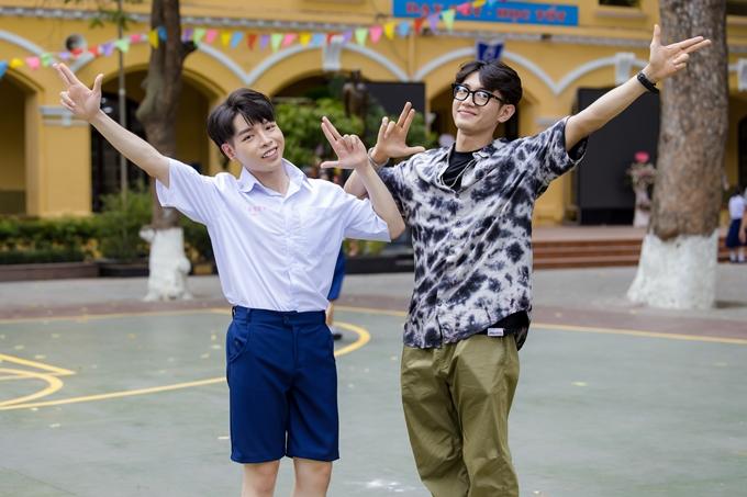 Trong MV Người ơi người ở đừng về mới ra mắt, ca sĩ Đức Phúc (trái) gây ấn tượng với màn vũ đạo bắt mắt và vui nhộn. Đứng sau những bước nhảy này là vũ công Quang Đăng trong vai trò biên đạo múa.