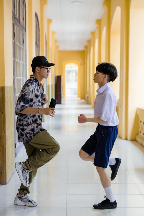 Những ngày Đức Phúc quay MV tại Hà Nội, Quang Đăng bay ra thủ đô hỗ trợ đàn em trực tiếp trên trường quay. Trước khi vào cảnh, anh tỉ mỉ ôn lại bài nhảy, chỉnh sửa động tác cho Đức Phúc.