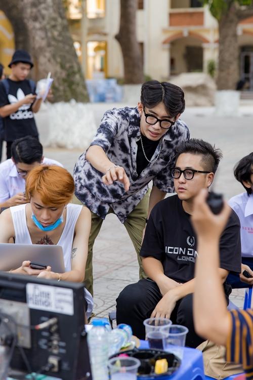 Quang Đăng trao đổi với đạo diễn Nhu Đặng (áo đen) trong lúc quay cảnh vũ đạo của MV.