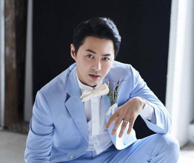 Junjin bước vào làng giải trí với vai trò thành viên Shinhwa năm 1998. Ngoại hình điển trai, cao ráo cùng tính cách hài hước khiến anh được yêu thích. Ngoài vai trò ca sĩ, nam diễn viên tham gia một số chương trình truyền hình, tạp kỹ, đóng phim truyền hình...