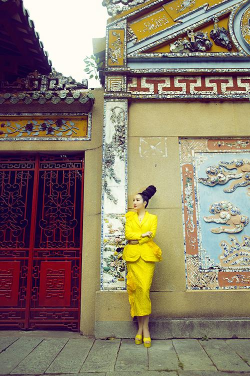 Sau bộ ảnh được thực hiện công phu tại Huế, hoa hậu Giáng My tiếp tục hỗ trợ hai nhà mốt Việt giới thiệu các thiết kế sẽ được trình làng trong show diễn.