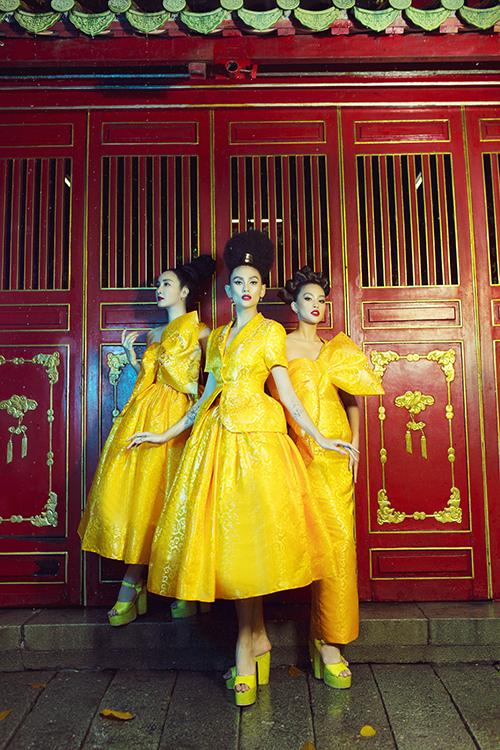 Sau các hoạt tiết chim én rực rỡ, áng mây ngũ sắc, hai nhà thiết kế giới thiệu các mẫu trong bộ sưu tập mới với sắc vàng hoàng cung.  Đây cũng là sắc màu chủ đạo của bộ sưu tập lần này.